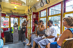 La gente viaggia con la vecchia linea famosa di St Charles dell'automobile della via Fotografie Stock