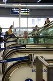 La gente viaggia su una scala mobile nella stazione di St Pancras a Londra Fotografie Stock