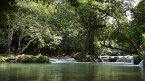 La gente viaja para relajarse y natación en la cascada de Chet Sao Noi en Saraburi, Tailandia almacen de metraje de vídeo