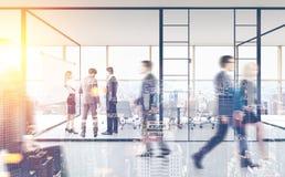 La gente vicino ad una sala riunioni, ingresso dell'ufficio Immagine Stock