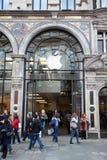 La gente vicino all'entrata alla memoria del Apple a Londra Fotografia Stock