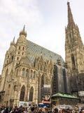 La gente vicino alla cattedrale cattolica fotografia stock libera da diritti
