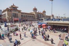 La gente vicino alla stazione ferroviaria di Pechino Immagini Stock
