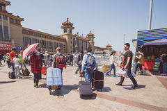 La gente vicino alla stazione ferroviaria di Pechino Immagini Stock Libere da Diritti