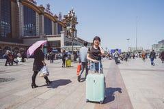 La gente vicino alla stazione ferroviaria di Pechino Fotografia Stock
