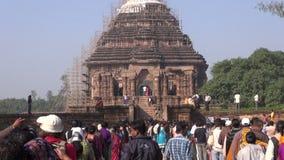 La gente viene a la herencia medieval de la UNESCO, dios arruinado de Temple of Sun, Odisha, la India metrajes