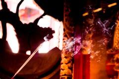 La gente viene rogar con los palillos de ídolo chino que queman en un templo budista del vintage como ofrecimiento durante Año Nu imágenes de archivo libres de regalías