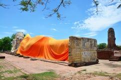 La gente viene a Wat Lokayasutharam Temple per il viaggio e prega Buddha adagiantesi Fotografia Stock Libera da Diritti