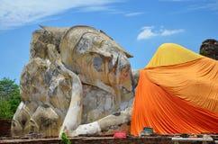 La gente viene a Wat Lokayasutharam Temple per il viaggio e prega Buddha adagiantesi Fotografia Stock