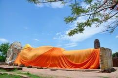 La gente viene a Wat Lokayasutharam Temple per il viaggio e prega Buddha adagiantesi Immagine Stock Libera da Diritti