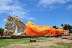 La gente viene a Wat Lokayasutharam Temple per il viaggio e prega Buddha adagiantesi Immagine Stock