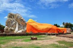 La gente viene a Wat Lokayasutharam Temple per il viaggio e prega Buddha adagiantesi Fotografie Stock