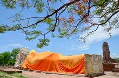 La gente viene a Wat Lokayasutharam Temple per il viaggio e prega Buddha adagiantesi Fotografie Stock Libere da Diritti