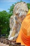 La gente viene a Wat Lokayasutharam Temple per il viaggio e prega Buddha adagiantesi Immagini Stock Libere da Diritti