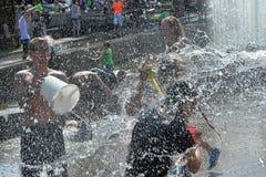 La gente vierte el agua en uno a foto de archivo