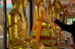 La gente vierte el agua sobre un Buda que las imágenes son un gesto de la adoración Imágenes de archivo libres de regalías