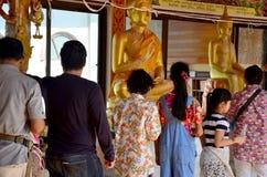 La gente vierte el agua sobre un Buda que las imágenes son un gesto de la adoración Foto de archivo libre de regalías