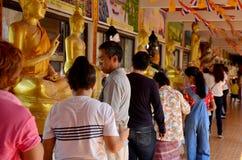 La gente vierte el agua sobre un Buda que las imágenes son un gesto de la adoración Fotos de archivo