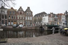 La gente visita la ciudad vieja en Den Bosch, Países Bajos Leiden es la 6ta aglomeración más grande de los Países Bajos Foto de archivo libre de regalías