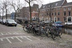 La gente visita la ciudad vieja en Den Bosch, Países Bajos Leiden es la 6ta aglomeración más grande de los Países Bajos Foto de archivo