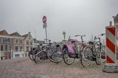 La gente visita la ciudad vieja en Den Bosch, Países Bajos Leiden es la 6ta aglomeración más grande de los Países Bajos Fotografía de archivo