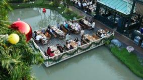 La gente visita e pranza al parco ed al ristorante del ville del cioccolato a Bangkok, Tailandia E video d archivio