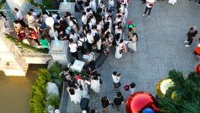 La gente visita e pranza al parco ed al ristorante del ville del cioccolato a Bangkok, Tailandia E archivi video