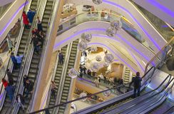 La gente visita el centro comercial Tsum en Kyiv Foto de archivo libre de regalías
