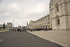 La gente visita el monasterio de Jeronimos Imagen de archivo libre de regalías