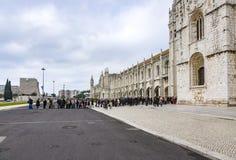 La gente visita el monasterio o el monasterio i de Jeronimos de Hieronymites Imágenes de archivo libres de regalías