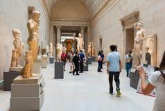 La gente visita el museo de arte metropolitano en Nueva York Imagen de archivo