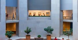 La gente visita el museo de arte metropolitano en Nueva York Foto de archivo