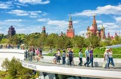 La gente visita el parque de Zaryadye en Moscú Foto de archivo libre de regalías