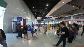 La gente visita en la expo internacional 2018 del motor de Tailandia almacen de metraje de vídeo