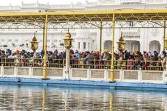La gente visita il Harimandir Sahib al complesso dorato del tempio Fotografie Stock Libere da Diritti