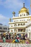 La gente visita il Harimandir Sahib al complesso dorato del tempio, Fotografia Stock Libera da Diritti