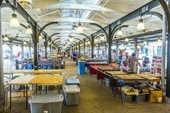La gente visita il mercato francese sulla via di Decatur Fotografia Stock