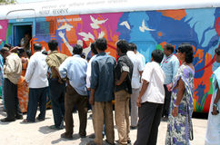 La gente visita il nastro rosso esprime per vedere le mostre della campagna di informazione indiana delle ferrovie AIDS/HIV Immagini Stock