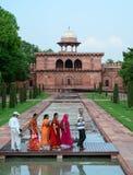 La gente visita il portone di Taj Mahal a Agra, India Fotografia Stock