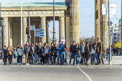 La gente visita il tor di Brandenburger della porta di Brandeburgo in Berli Fotografia Stock