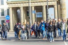 La gente visita il tor di Brandenburger della porta di Brandeburgo in Berli Immagini Stock Libere da Diritti