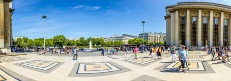 La gente visita il Trocadero, Palais de Chaillot Immagine Stock