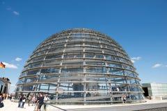 La gente visita la bóveda de Reichstag imagenes de archivo