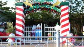 La gente visita y cena en el parque y el restaurante del ville del chocolate en Bangkok, Tailandia