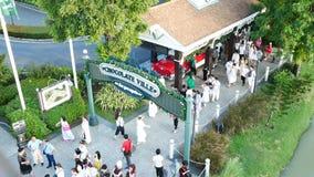 La gente visita y cena en el parque y el restaurante del ville del chocolate en Bangkok, Tailandia E