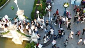 La gente visita y cena en el parque y el restaurante del ville del chocolate en Bangkok, Tailandia E metrajes