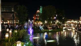 La gente visita y cena en el parque y el restaurante del ville del chocolate en Bangkok, Tailandia E almacen de video