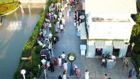 La gente visita y cena en el parque y el restaurante del ville del chocolate en Bangkok, Tailandia E almacen de metraje de vídeo