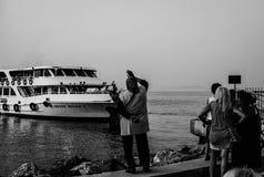 La gente Wave arrivederci alla loro famiglia ed amici Fotografie Stock Libere da Diritti