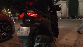 La gente y el transporte trafican en la noche París, visión con Arc de Triomphe almacen de metraje de vídeo